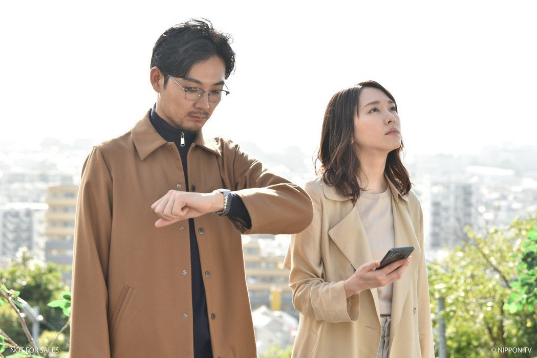 新垣結衣(右)與松田龍平在日劇「無法成為野獸的我們」一起在教堂前聆聽幸福鐘聲。圖...