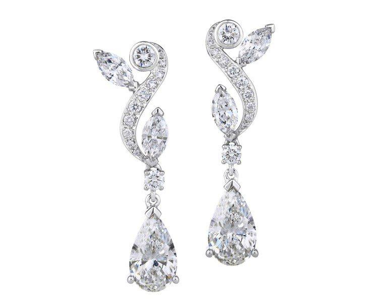 李冰冰配戴的De Beers Adonis Rose 垂墜式鑽石耳環,價格店洽。...