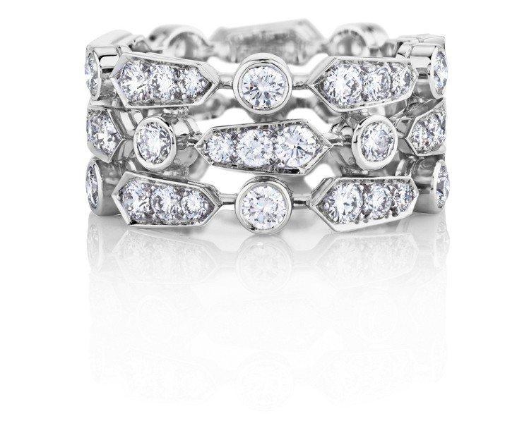 侯佩岑搭配De Beers Frost 三層鑽石戒環,42萬元。圖/De Bee...