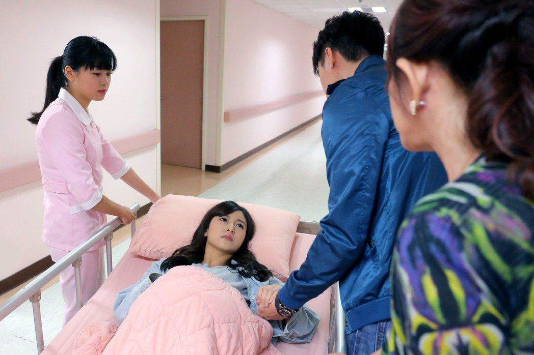 大元演出生產戲裝上假孕肚。圖/TVBS提供