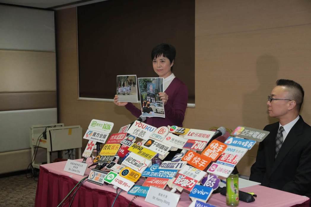 映藝公司總經理招雪梅小姐(左)在律師Kenny Wong先生陪同下舉辦記者會。圖...