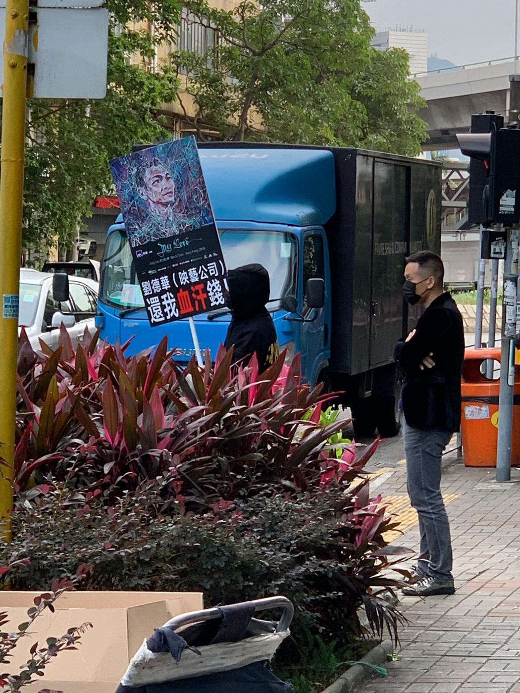 數名黑衣人上街鬧事。圖/映藝公司提供