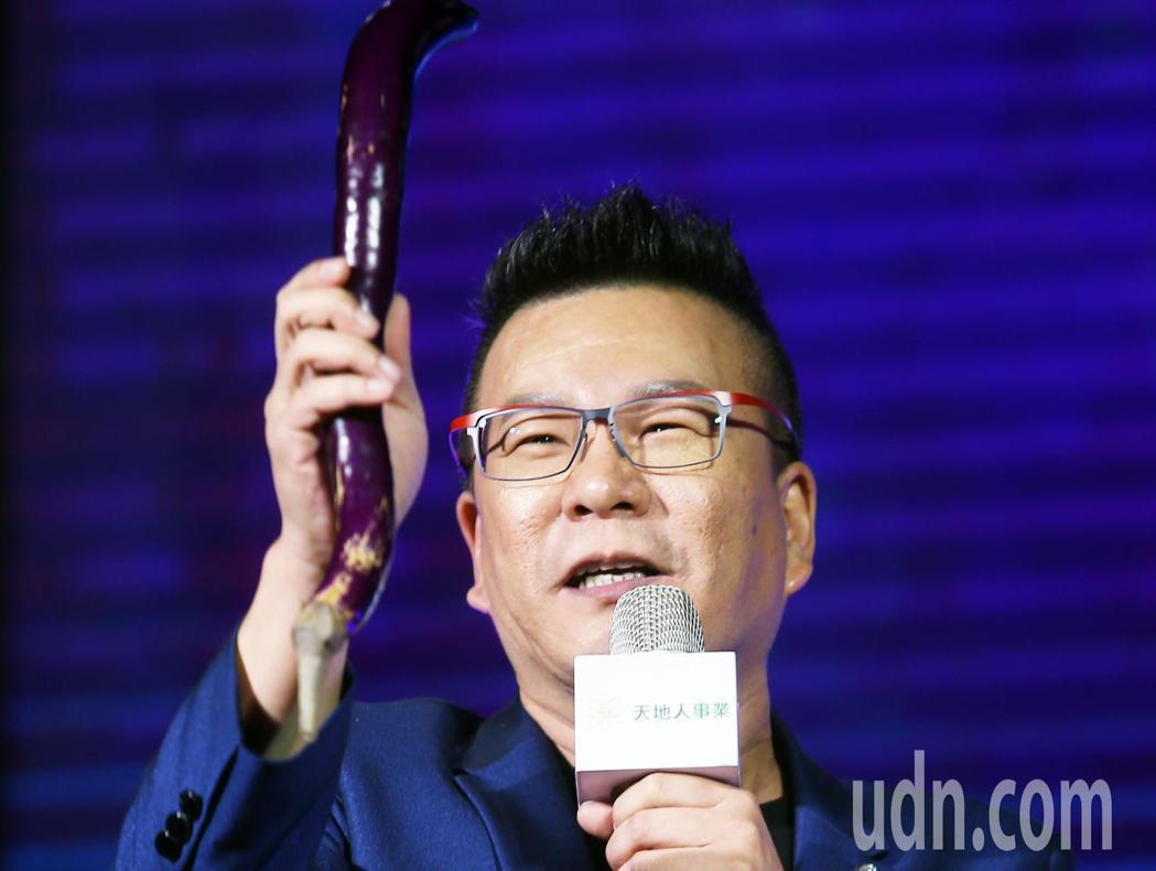 荒繆大師沈玉琳下午為第一屆亞洲網紅超級盃代言,當場示範如何賣茄子。記者陳正興/攝...