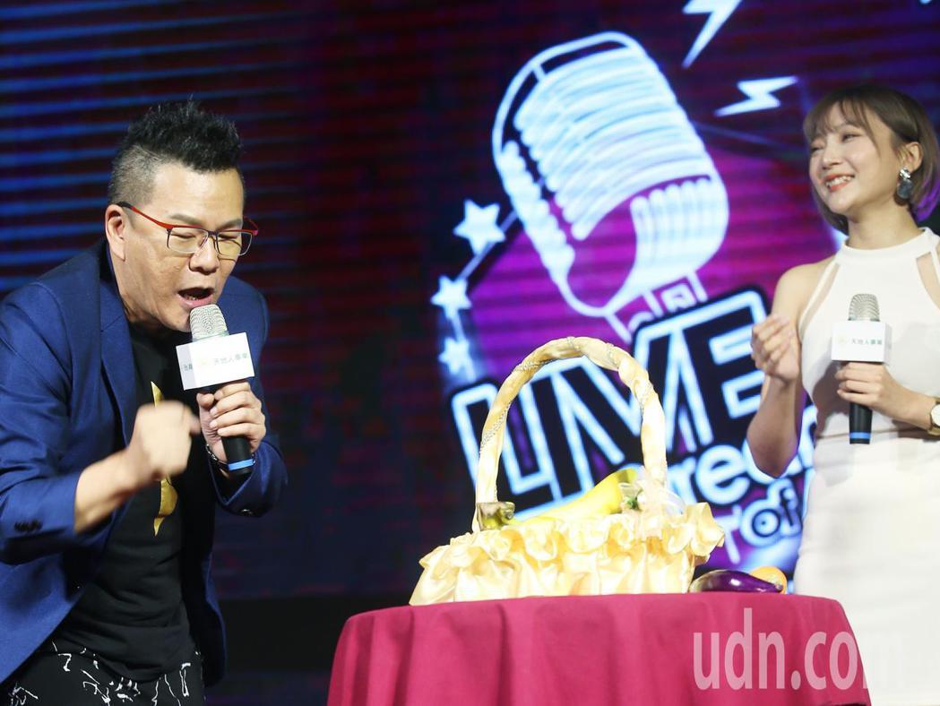 荒繆大師沈玉琳(左)下午為第一屆亞洲網紅超級盃代言,為參賽者示範如何叫賣小黃瓜。...
