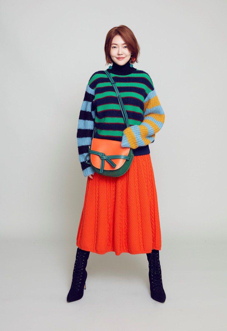 小S身穿LOEWE秋冬洋裝搭襯Gate新包款。圖/LOEWE提供