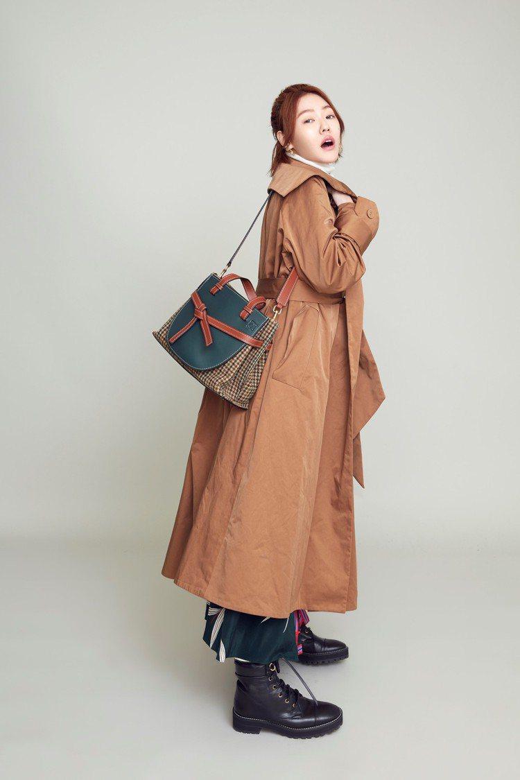 小S身穿LOEWE秋冬洋裝搭襯Gate托特包款。圖/LOEWE提供