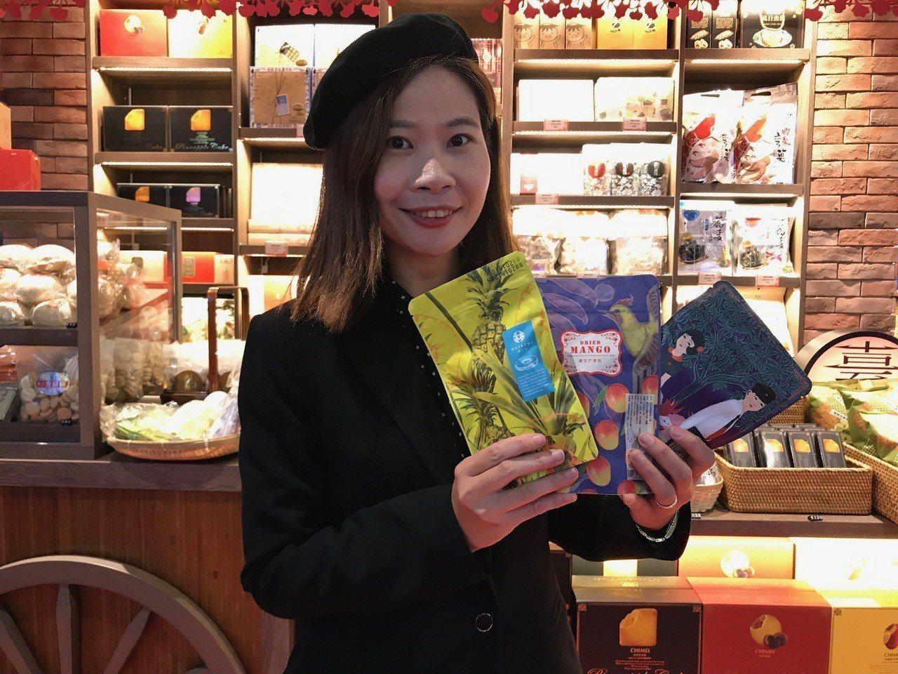 林百貨人氣伴手禮,台南在地果乾。記者江佩君/攝影