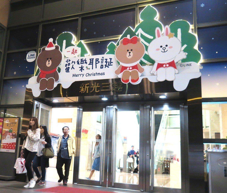 新光三越台南新天地即日起到明年1月6日於西門廣場打造「耶誕奇幻樂園」。圖/台南新...