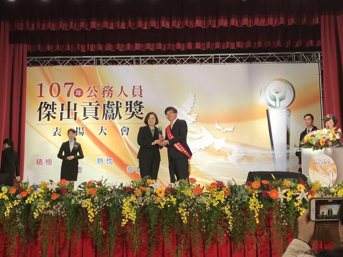 健保署獲得今年公務人員傑出貢獻獎團體獎,健保署長李伯璋(中右)從總統蔡英文手中獲...