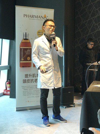 長庚醫院皮膚科醫師楊慶升表示,造成白頭髮的原因很多,除了正常的年齡老化外,家族遺...
