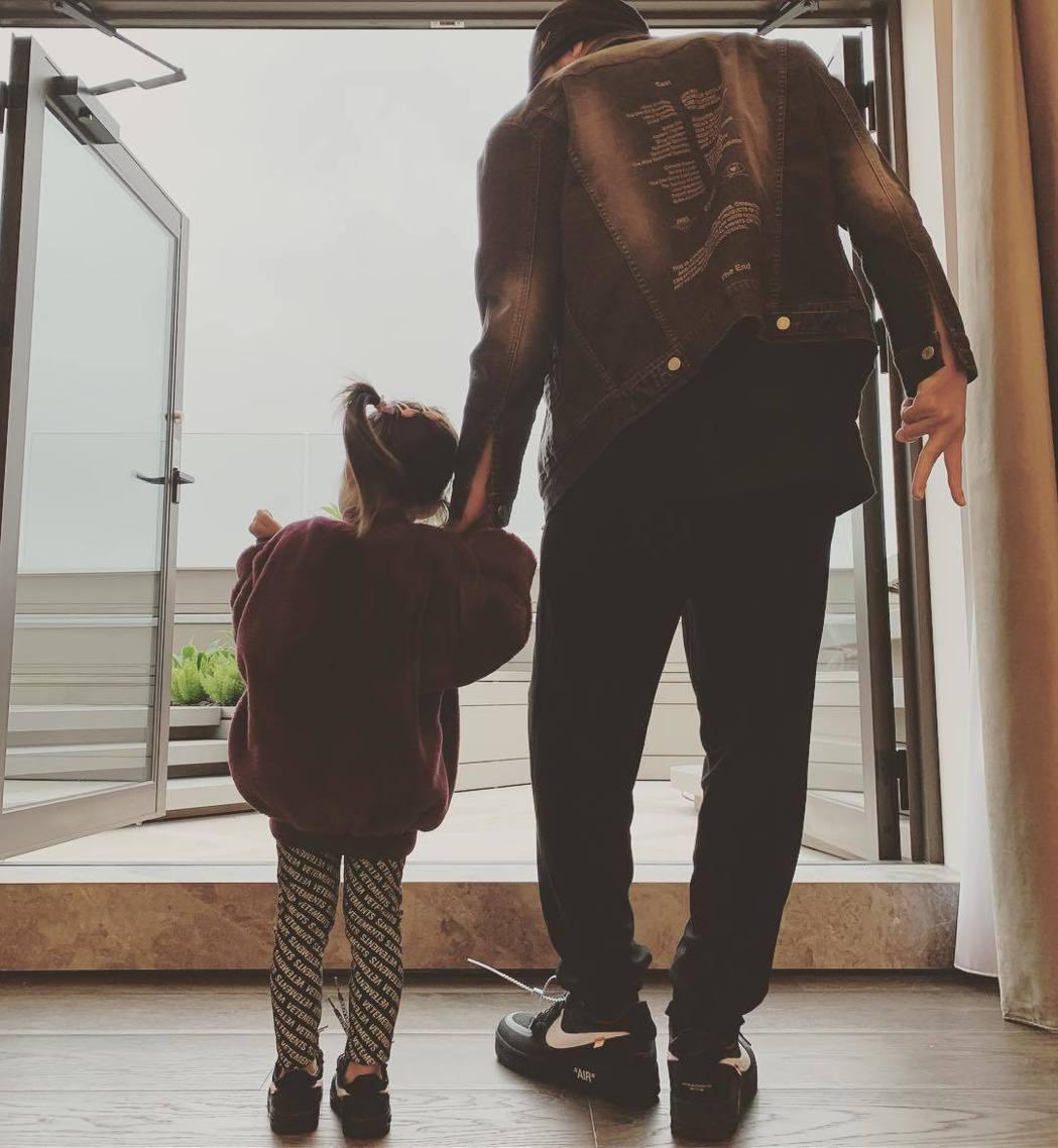 周杰倫(右)牽著3歲女兒Hathaway,女兒身高已逼近他的腰部。圖/摘自IG