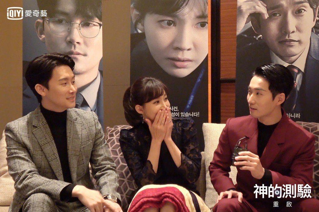 柳德煥(右起)、尹周熙、金俊翰接受訪問。圖/愛奇藝台灣站提供