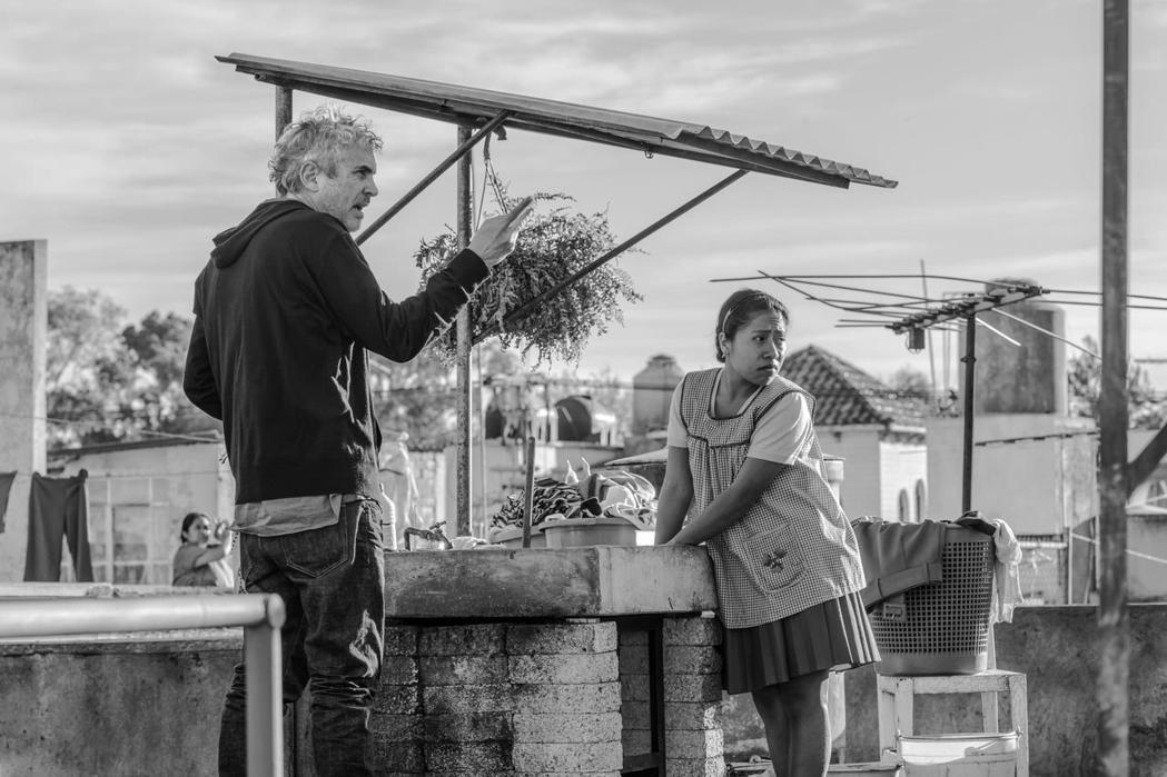 艾方索卡隆指導演員演出「羅馬」中的感人情節。圖/Netflix提供