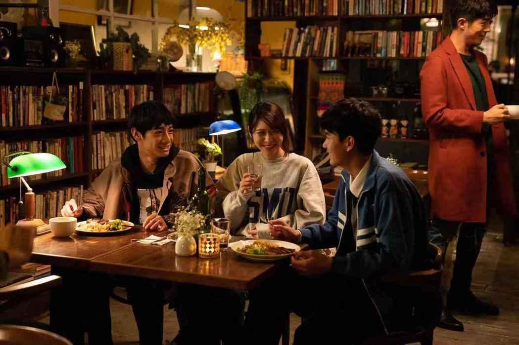 劉修甫(左起)、江沂宸、林子璿、梁正群拍攝短片。圖/LINE TV提供