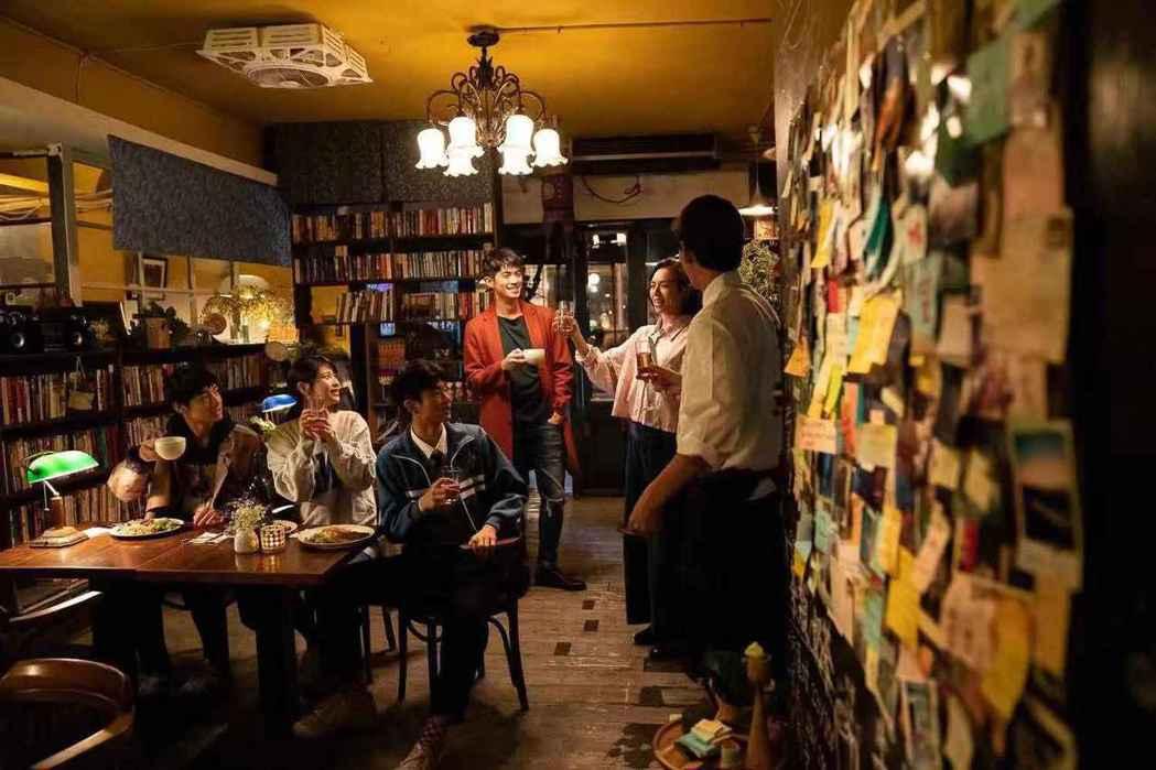 劉修甫(左起)、江沂宸、林子璿、梁正群、夏于喬合作拍短片。