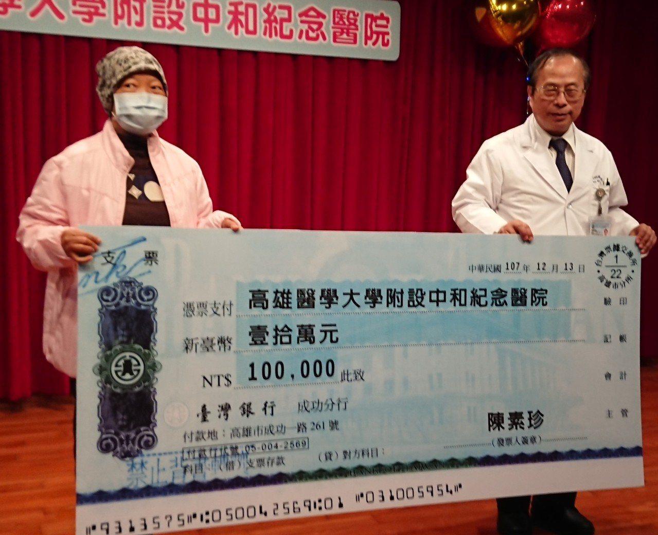 擔任血液腫瘤科護理師的陳素珍(左),從照顧者身分轉換成淋巴癌病患,曾令她感嘆「人...