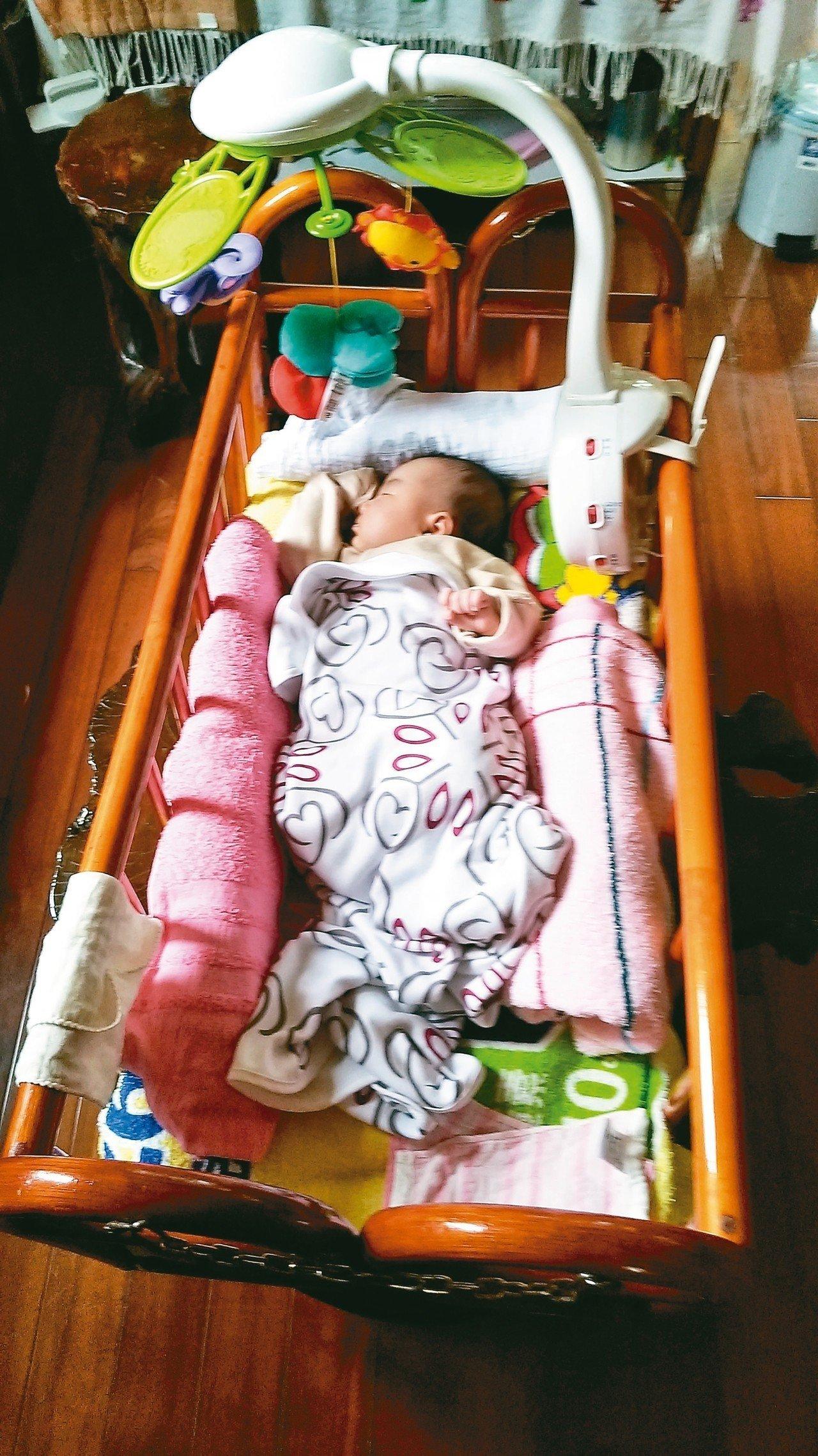 在床的周圍放置填充物,例如捲起來的毛巾、衣物等,縮小睡覺空間,孩子不容易驚醒。 ...
