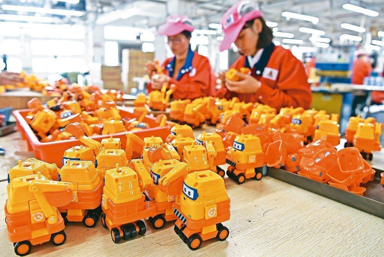 在汕頭市澄海區,工人在一家玩具企業生產線上進行玩具組裝加工。 新華社