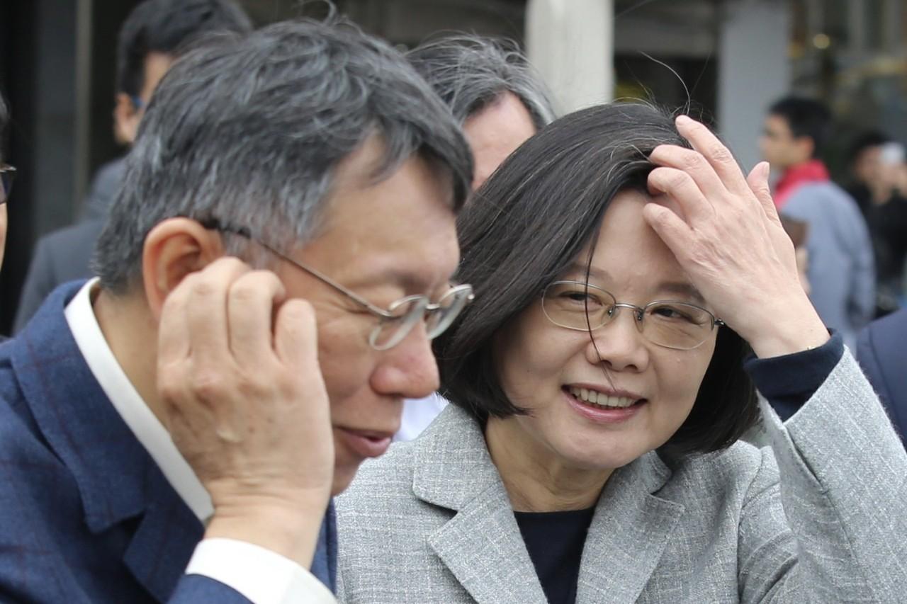 蔡英文總統(右)與台北市長柯文哲(左)在北門廣場會面。 記者林伯東/攝影