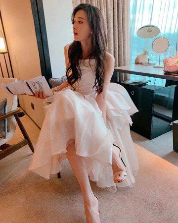 林志玲身為第一名模,感情世界受到外界許多關注,她昨日稍晚在自己的Instagram秀出最新服裝,一襲白紗禮服就像是婚紗,感性寫下5字「輪到我了嗎」,表明似乎待嫁女兒心,讓粉絲們好心疼,紛紛留言:「要...