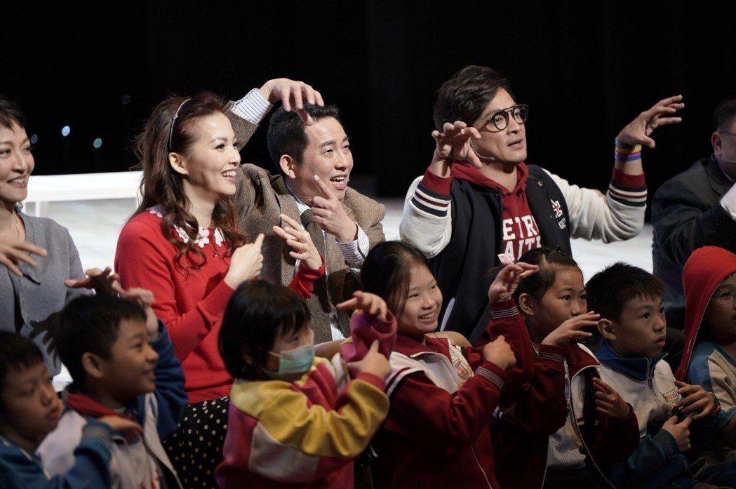 屈中恆、王曉書演出舞台劇「悲憫次神的兒女」。圖/果陀提供