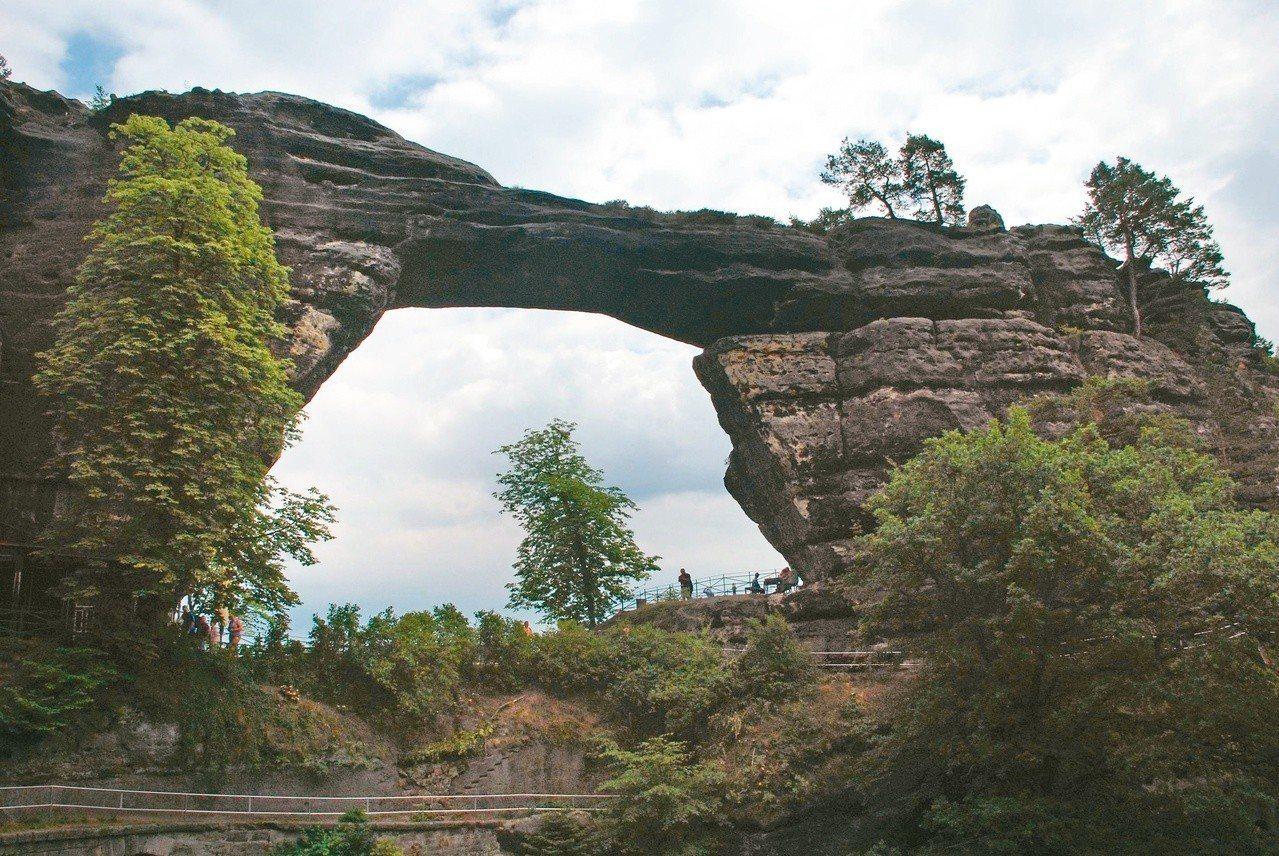 波西米亞瑞士國家公園裡的Pravčická brána砂岩拱門。