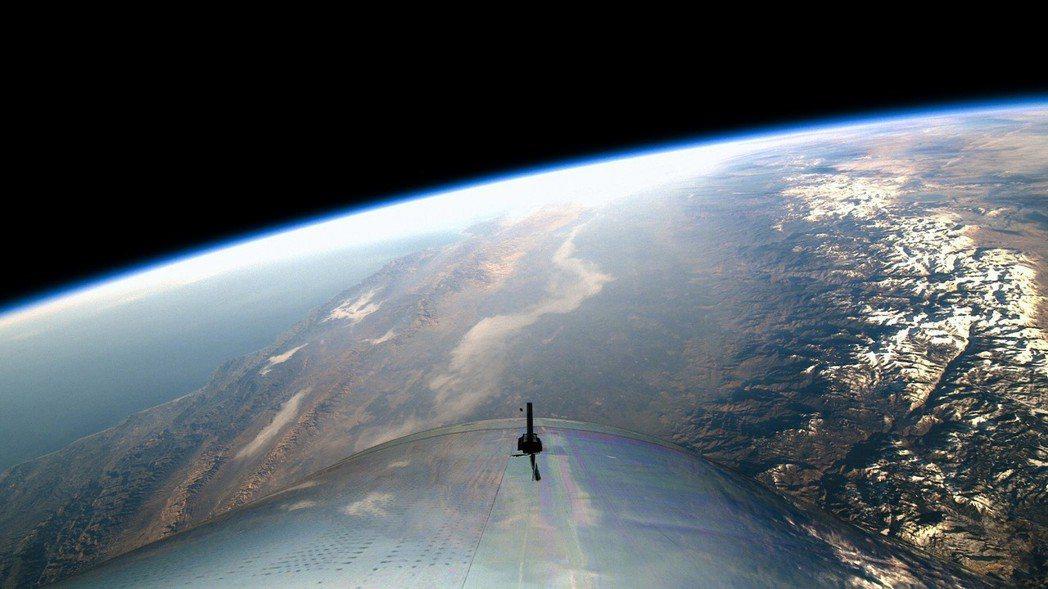團結號抵達太空邊界後從駕駛艙望出去的景色。 (歐新社)
