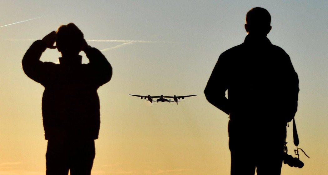 白騎士2號起飛時,維珍銀河公司人員密切觀測試飛情形。 (路透)