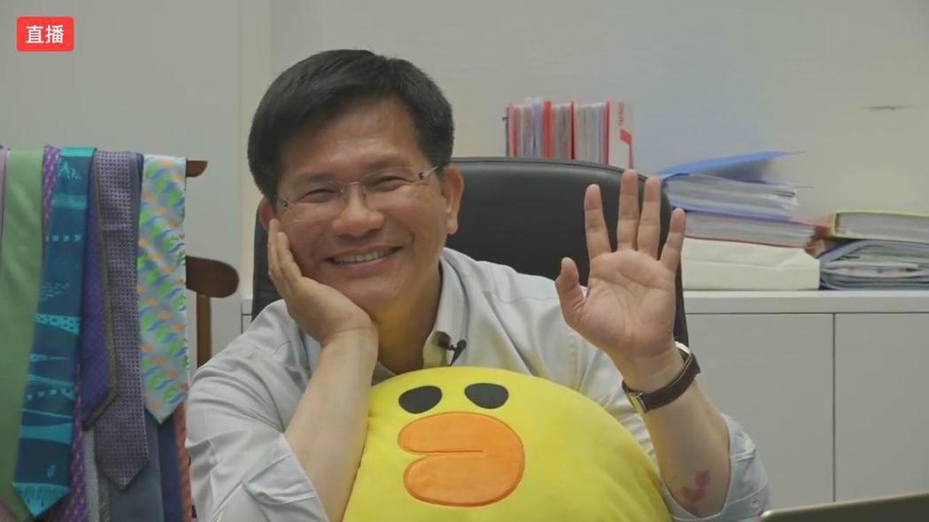 台中市長林佳龍落選後,在臉書直播「放很開」,全程抱著幕僚送的抱枕「莎莉」,應網友...