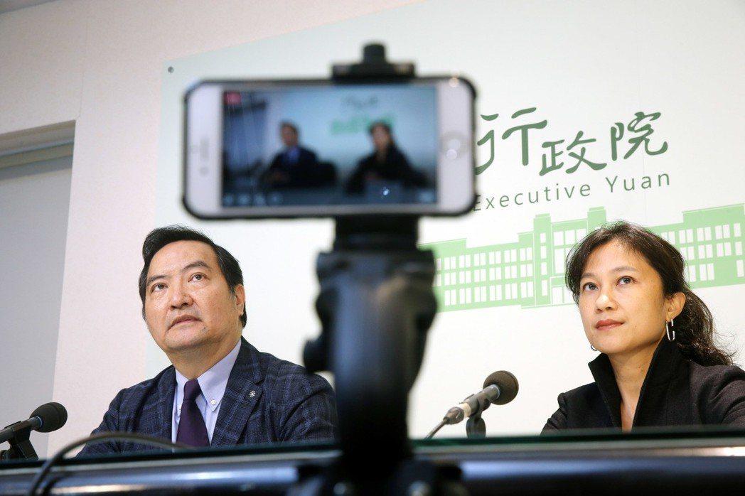 行政院發言人Kolas Yotaka(右)和政務委員羅秉成(左)說明政院對假新聞...