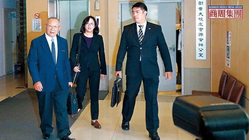 廖清輝(左1)取代弟弟拿下乖乖董座,他步出股東會後宣示,要讓虧損的乖乖恢復過往榮光。(攝影者.陳承璋)