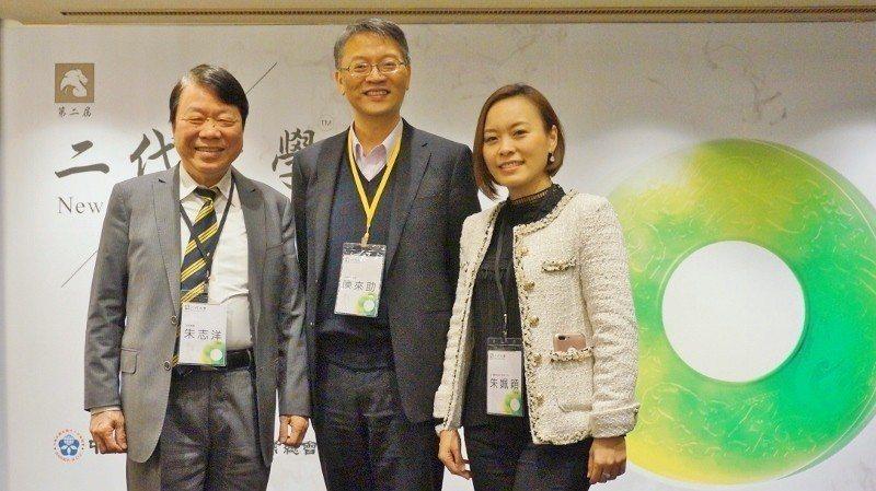 友嘉總裁朱志洋(左起)、二代大學校長陳來助、友嘉董事朱姵穎。 徐谷楨/攝影