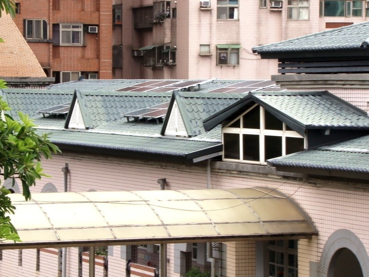 淡水區新興國小透過綠屋頂的建置及能源管理系統,達成建築外觀節能,獲得環保局金熊級...