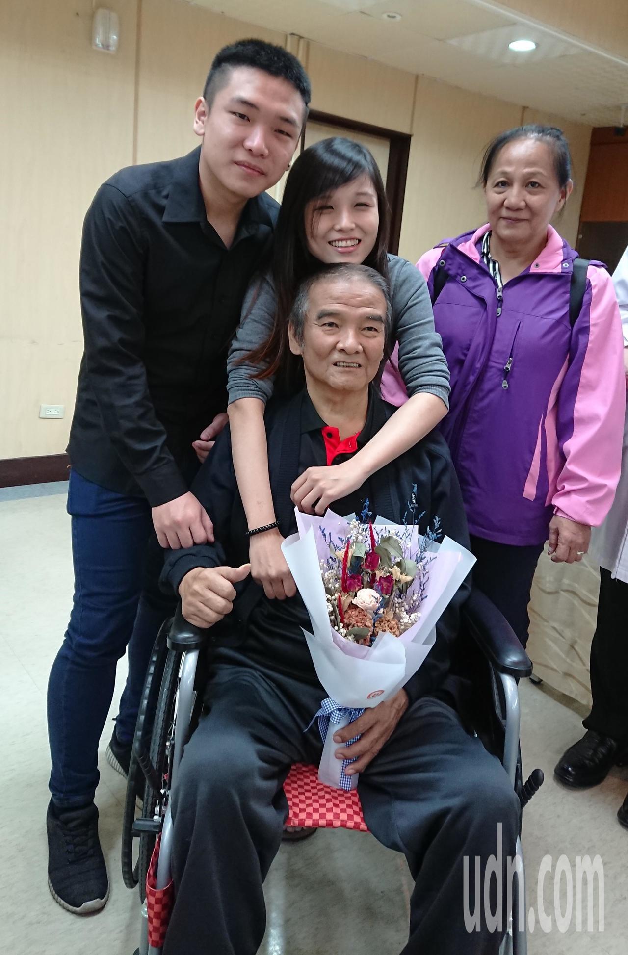 64歲的撒先生(坐輪椅者)2年來三度心肌梗塞發作入院,但心導管術後仍反覆休克,有...