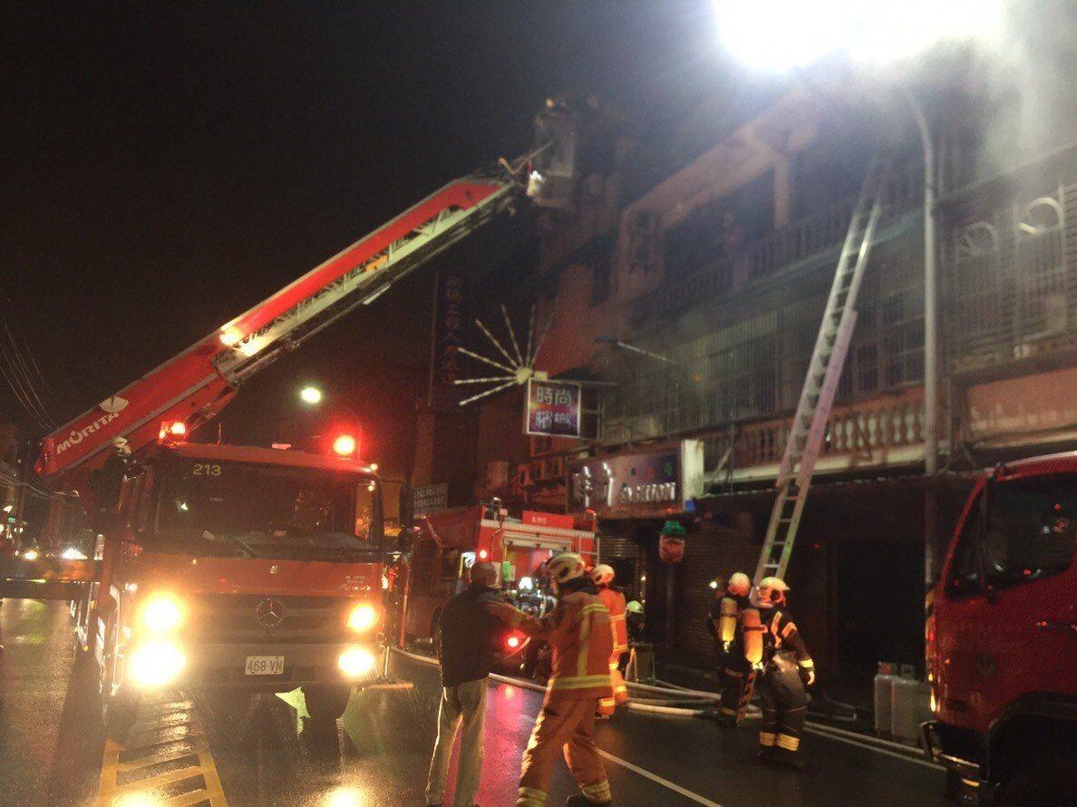桃園區永安路民宅清晨失火,消防人員以雲梯車救出4位受困居民。圖/消防局提供