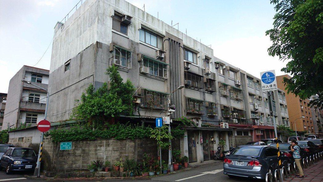 台電寶清街都更案基地形狀方整且位居精華地段,現有建物為屋齡近50年的4層樓連棟式...