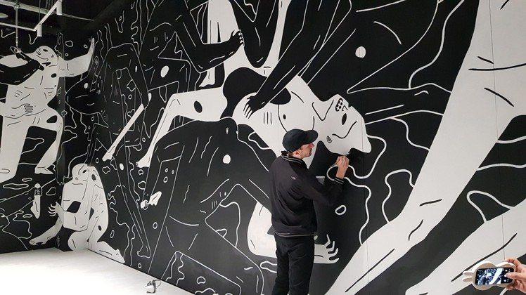 藝術家Cleon Peterson於現場繪製的巨型作品,估計價值約5000萬。圖...