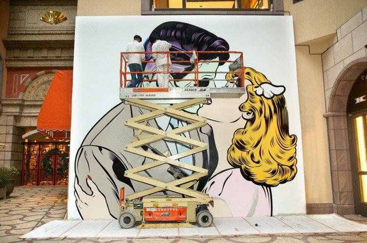 英國藝術家D*FACE於中庭繪製大型的彩繪畫。圖/台北文華東方提供