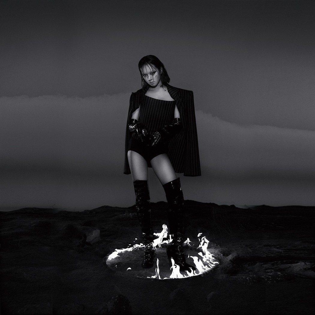 蔡依林首回發行黑白色系風格的專輯封面。圖/凌時差提供