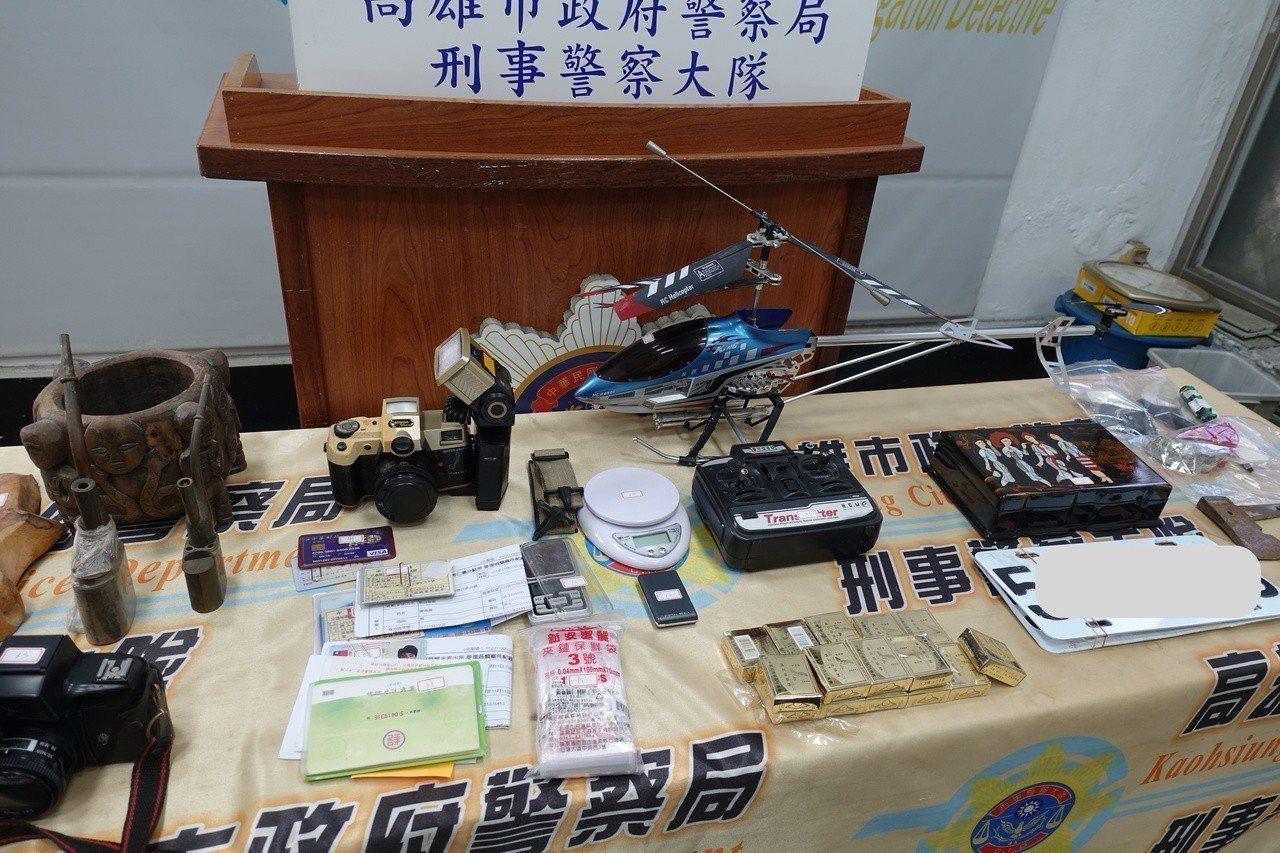 警方現場查扣利姓嫌犯偷來的贓物,包括木工藝品、古董一批、相機等物品。記者劉星君/...