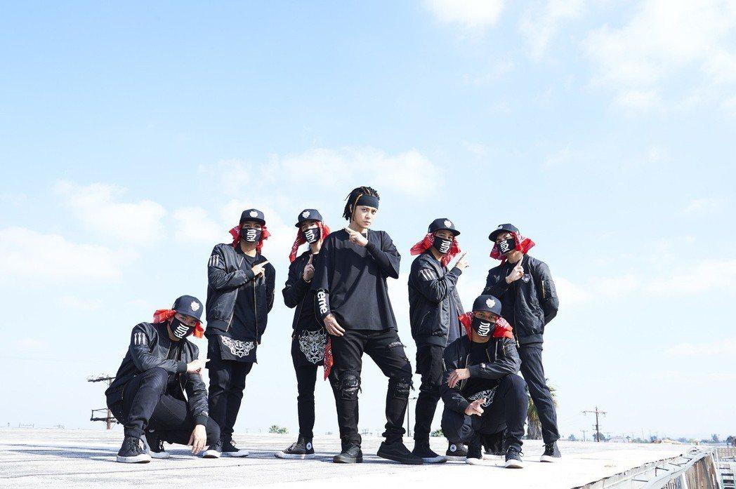 羅志祥(中)推出全新單曲「NO JOKE」。圖/EMI提供