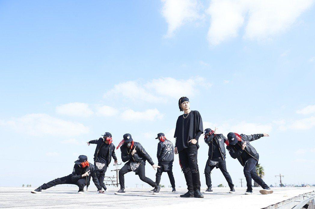 羅志祥(右三)與頂尖街舞天團KINJAZ合作。圖/EMI提供