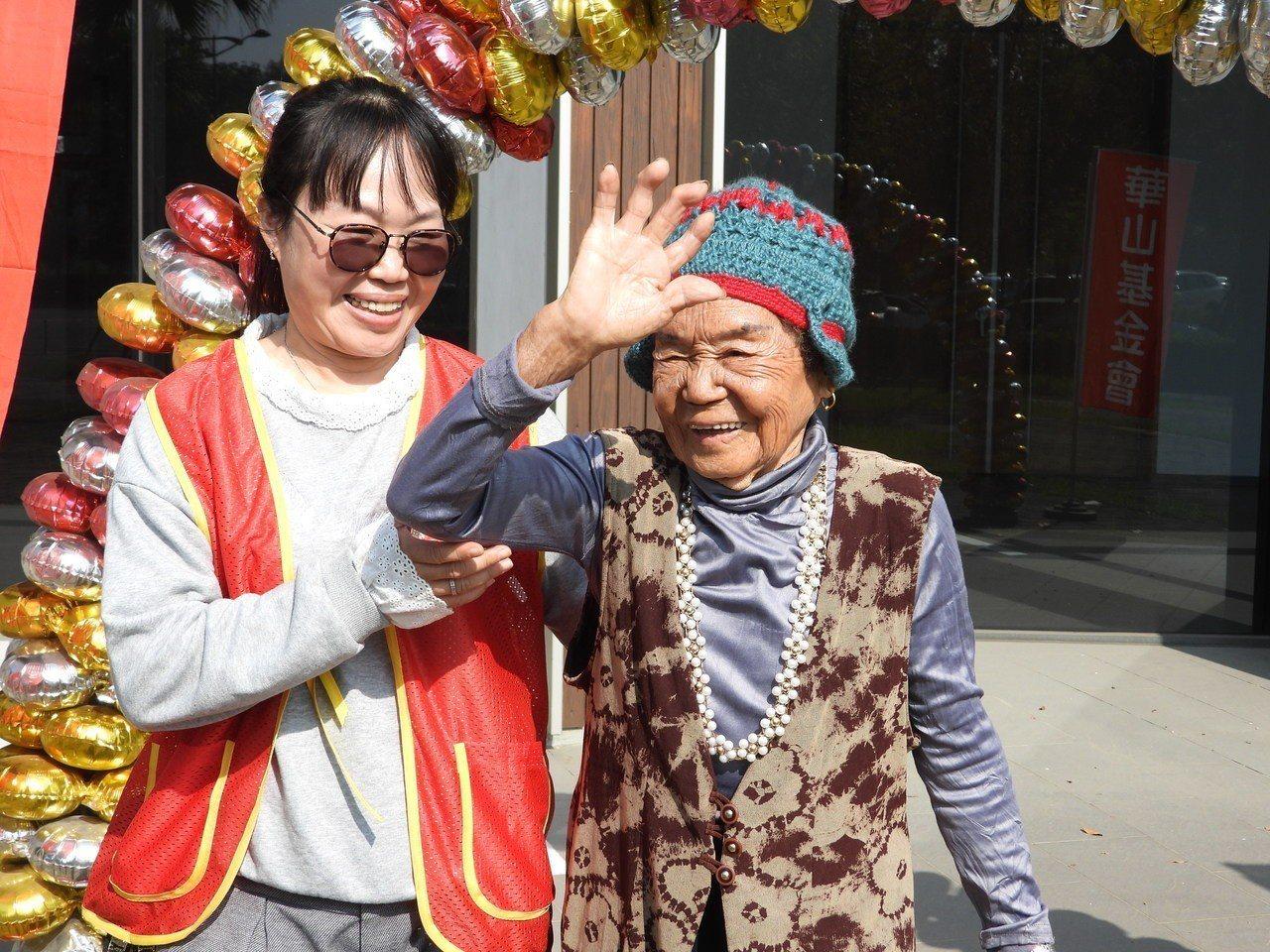 97歲王阿嬤開心揮手展示新毛織帽。記者周宗禎/攝影