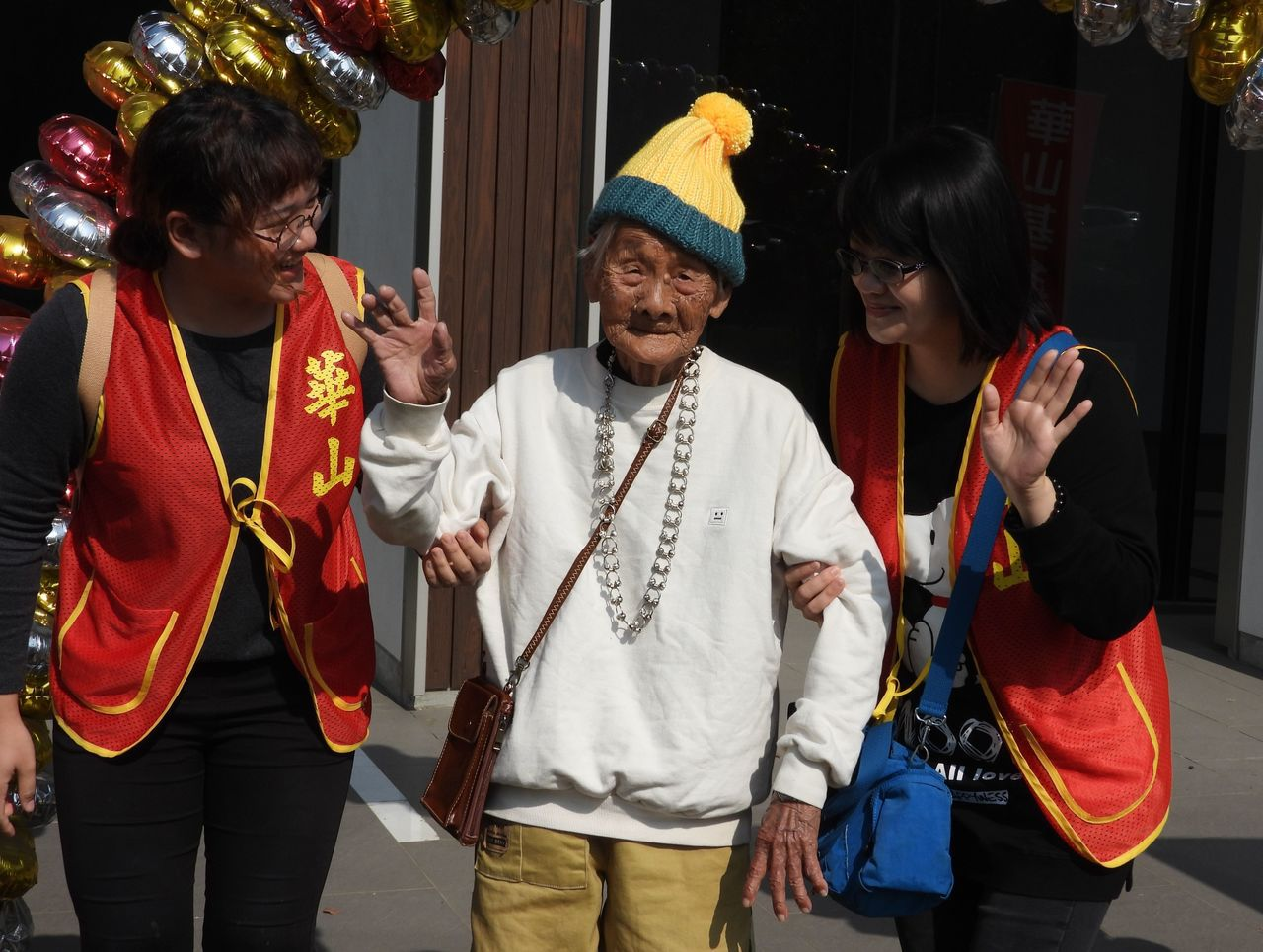 99歲林阿嬤展示鵝黃毛織帽。記者周宗禎/攝影