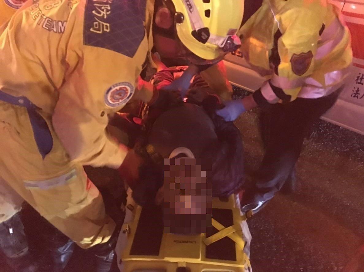 消防隊利用破壞器具救出受困的賴性駕駛,火速送醫救治。記者林佩均/翻攝