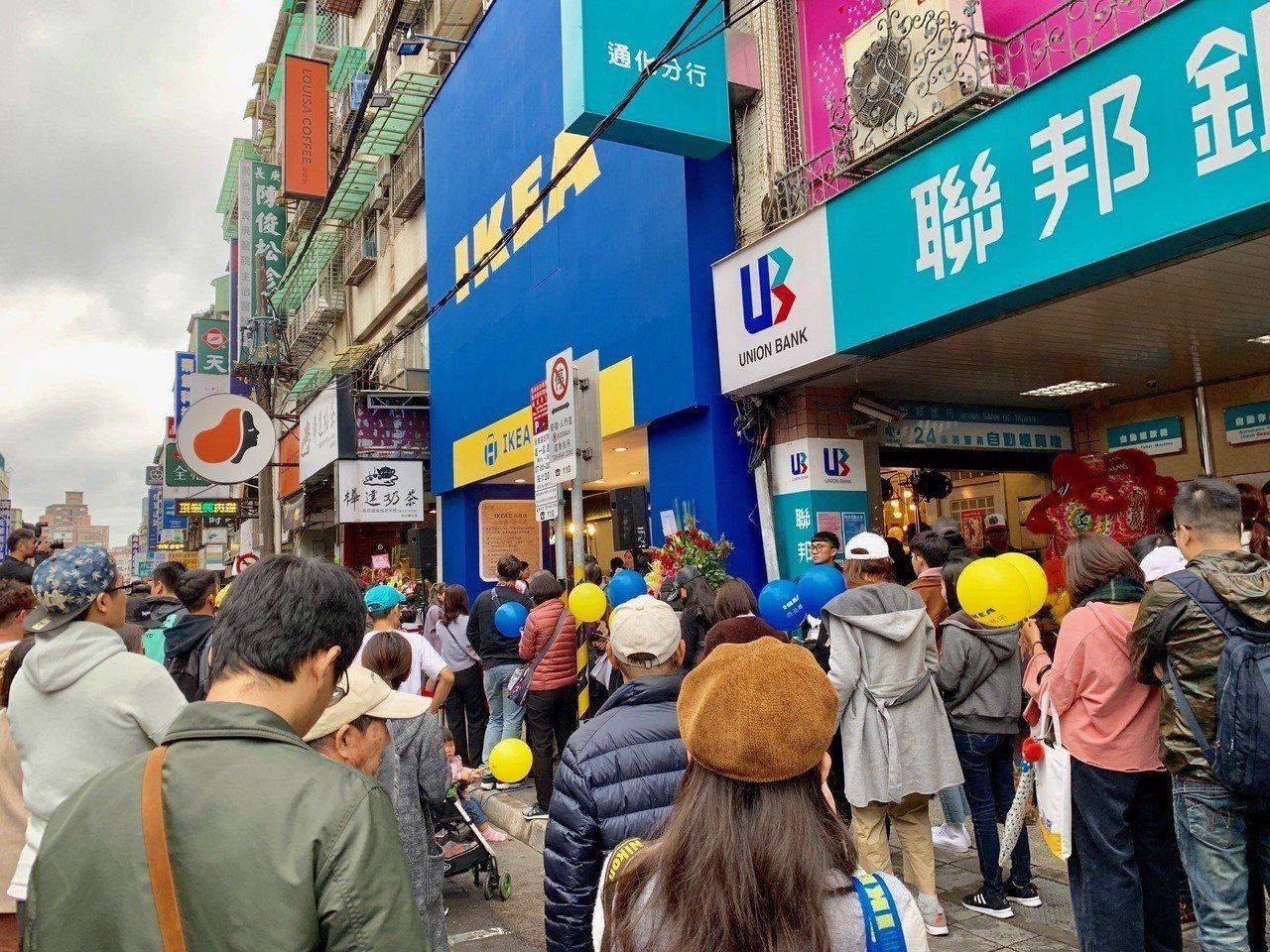 開幕首日吸引民眾排隊入店。記者張芳瑜/攝影