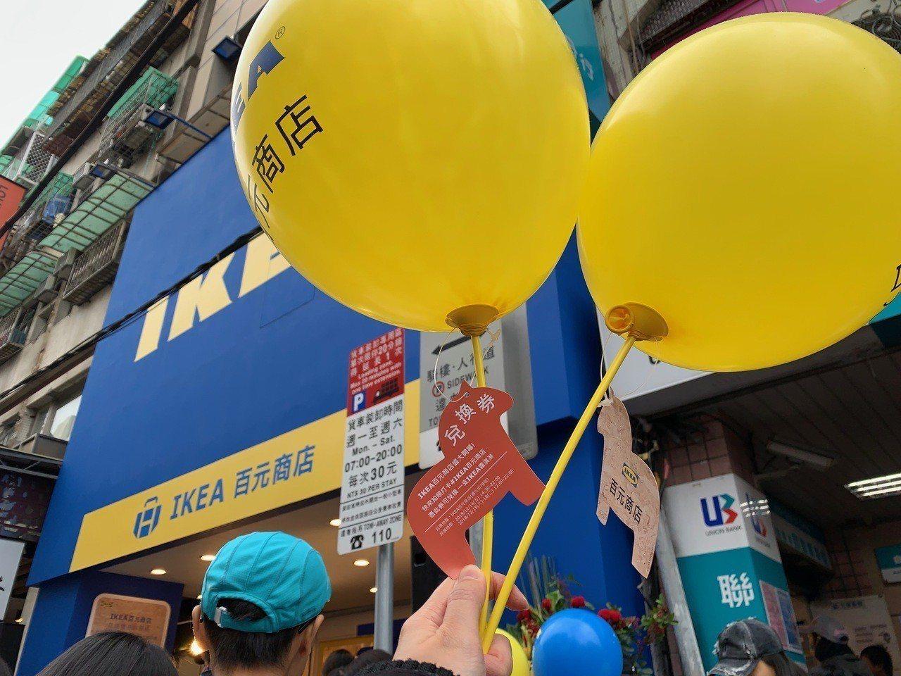 開幕首日獲得氣球的民眾可免費兌換霜淇淋。記者張芳瑜/攝影