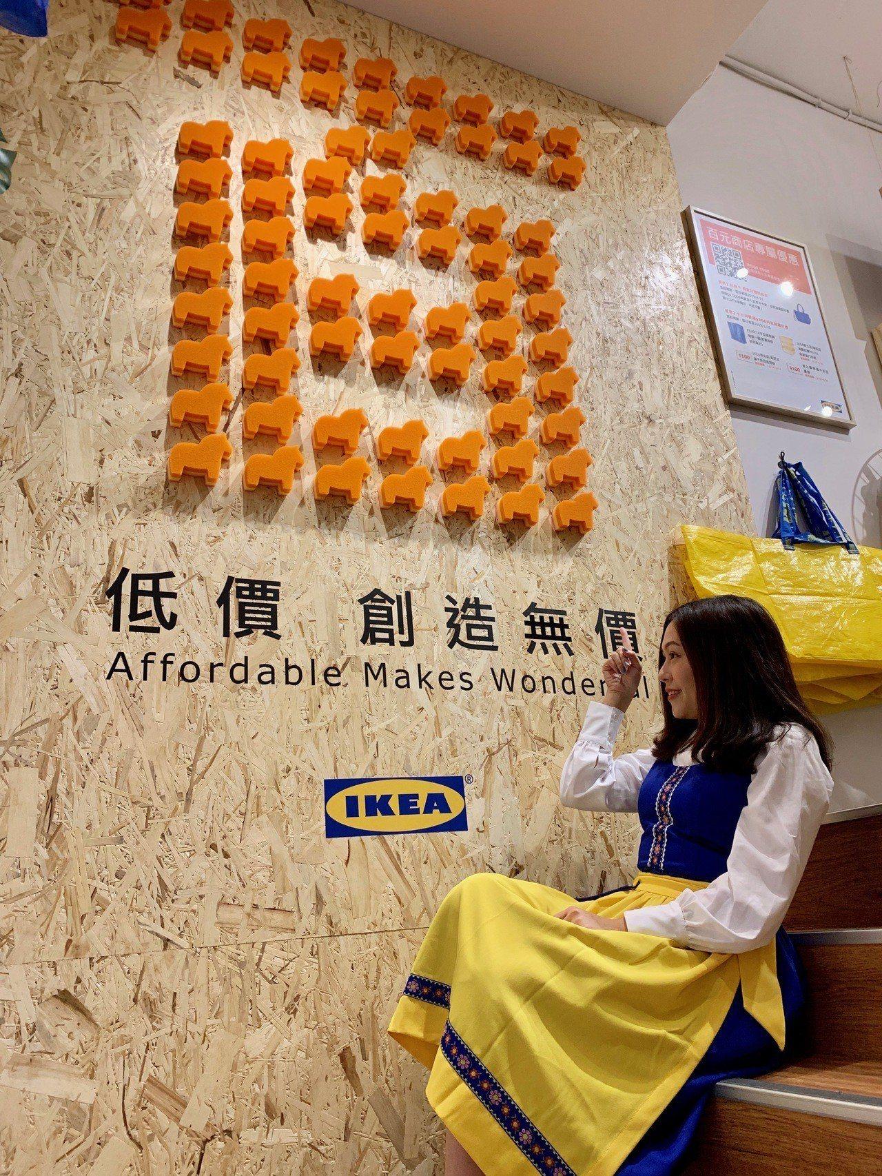 IKEA經典達拉馬菜瓜布組成的「百」字打卡牆。記者張芳瑜/攝影