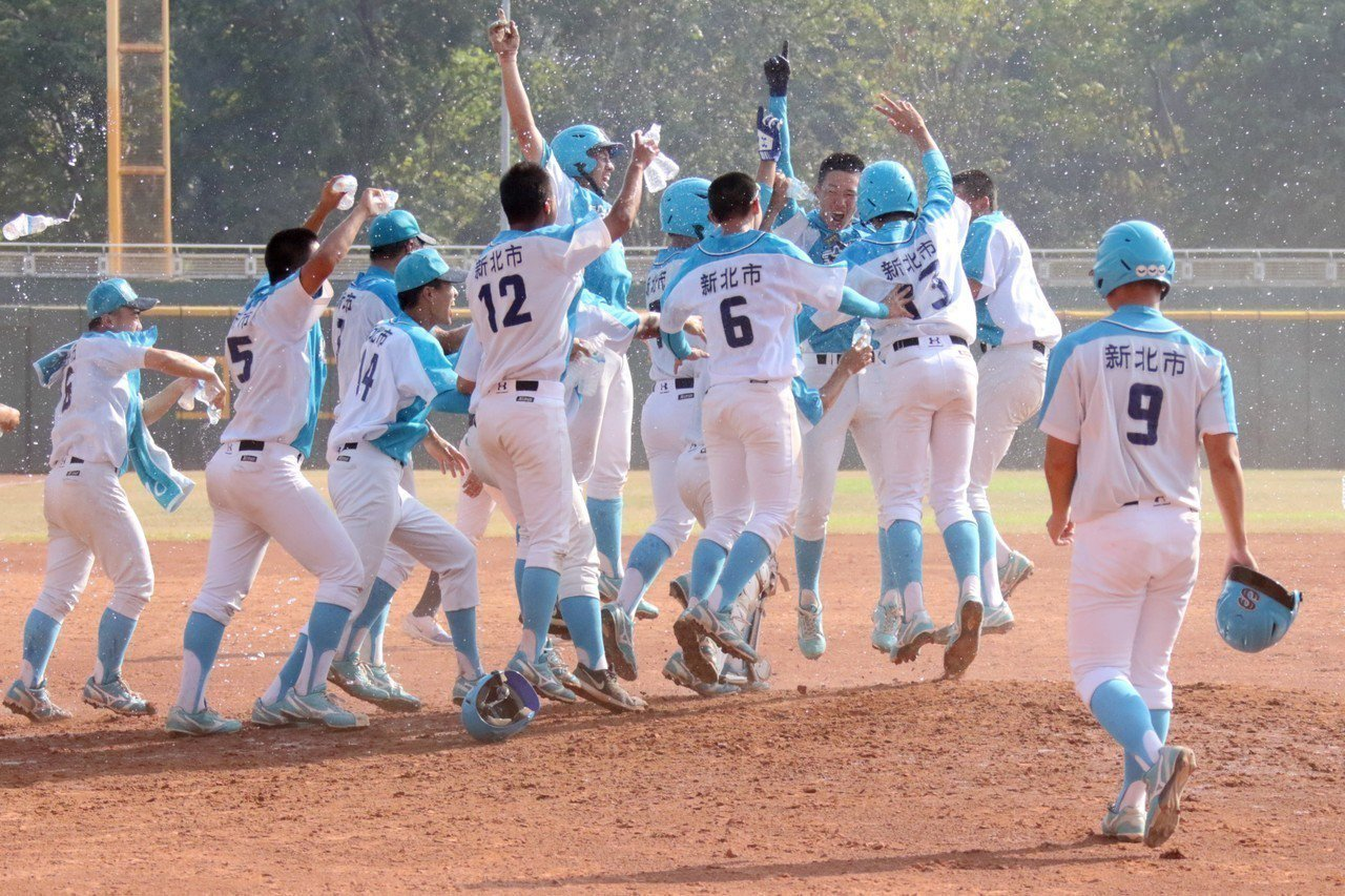 穀保家商拿到冠軍,球員衝進場內慶賀。圖/學生棒球聯盟提供