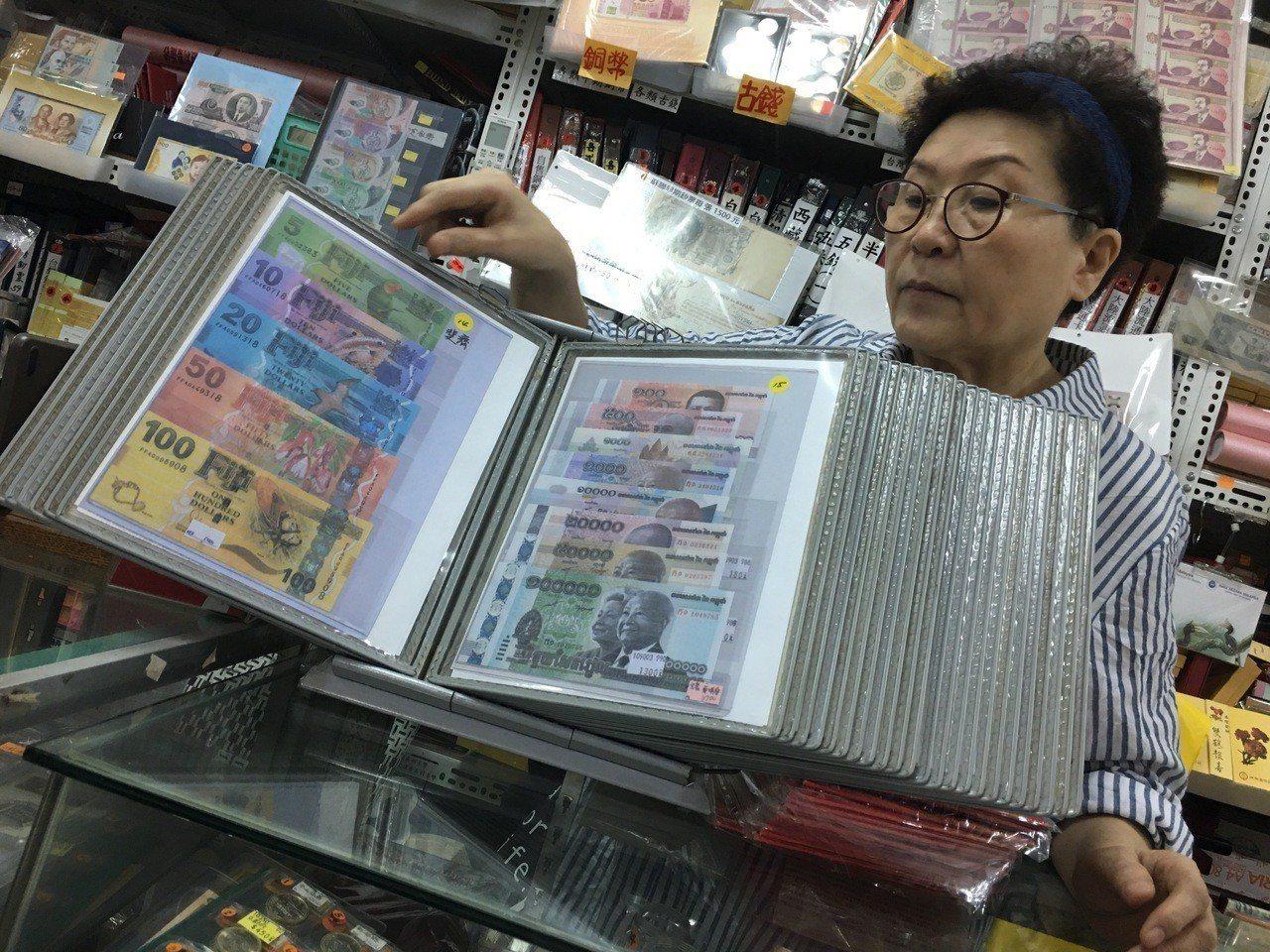 遭竊店家表示,該鈔票本裡有60套不同的外國鈔票,市值近16萬元。記者李隆揆/攝影